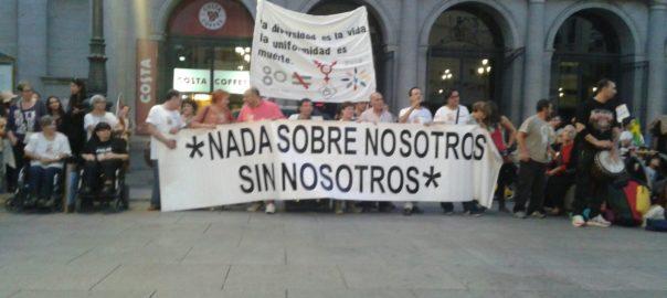 Miembros del FVID en la Marcha del 2015 sosteniendo una pancarta con el lema 'Nada sobre nosotros/as sin nosotros/as'